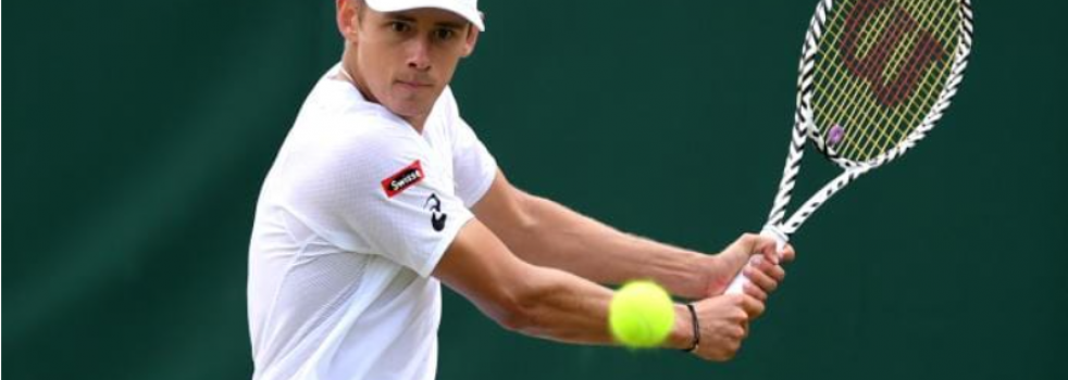 Alex de Minaur charges into Wimbledon second round with dominant straight-sets victory